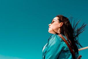 Frau mit geschlossenen Augen im Wind - BUND KV Stuttgart
